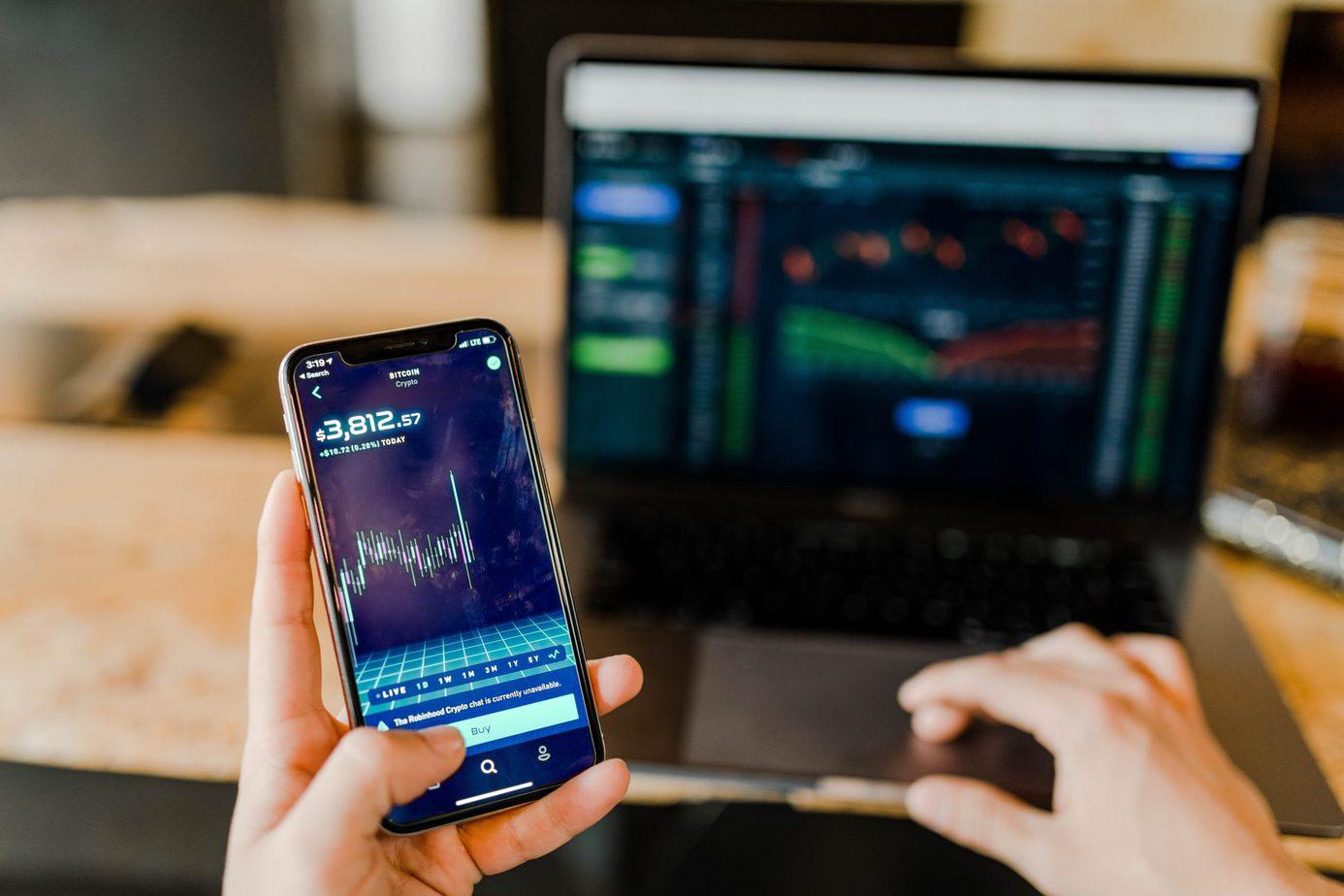 en mobil med en crypto trading software