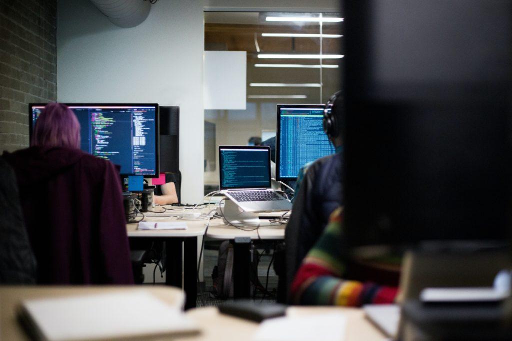 software utvecklare som jobbar
